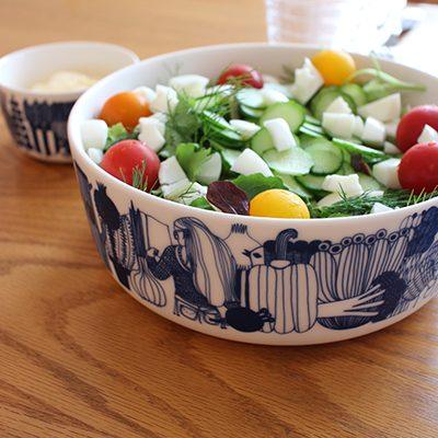 Kesäsalaatti ja kermainen kastike
